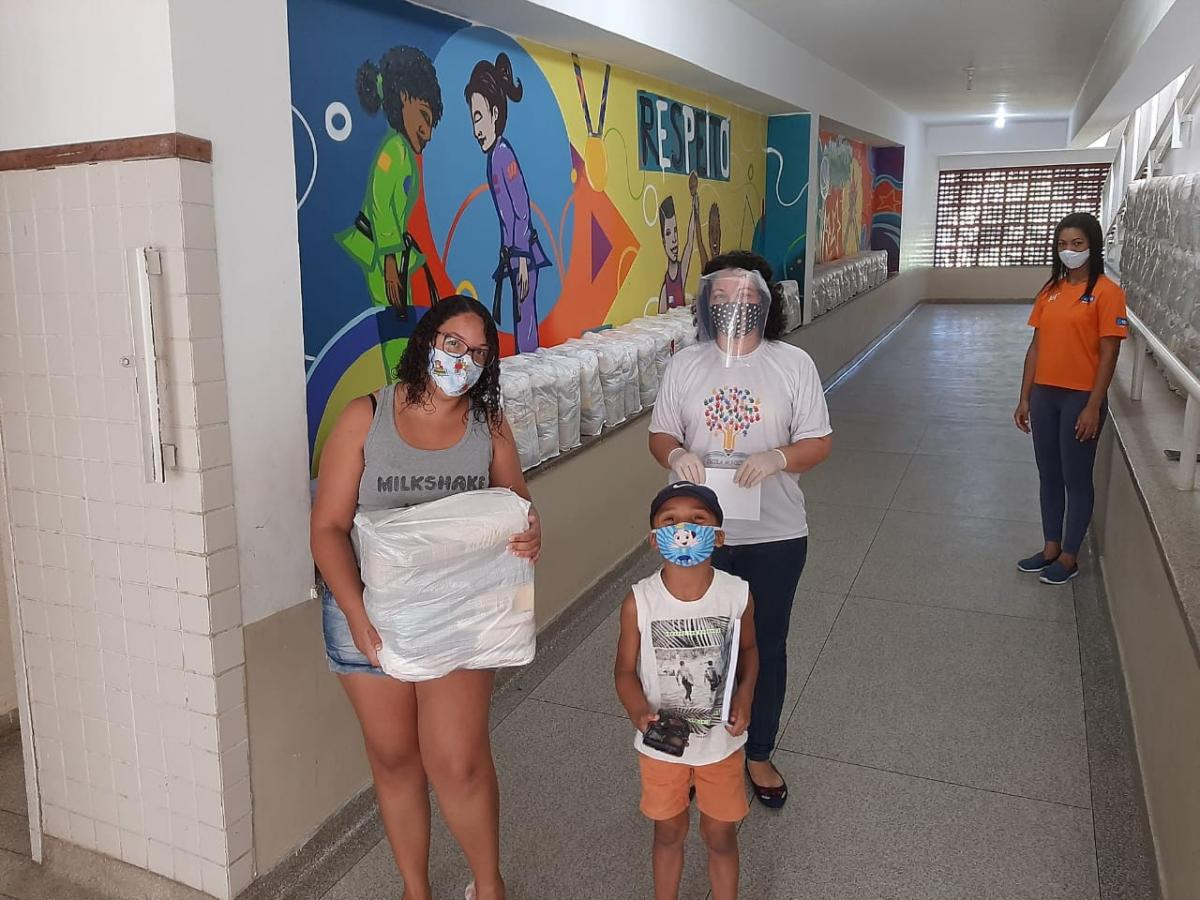 Masks and basic food baskets donated by the BOC started being distributed to students and teachers of Municipal Olympic Schools