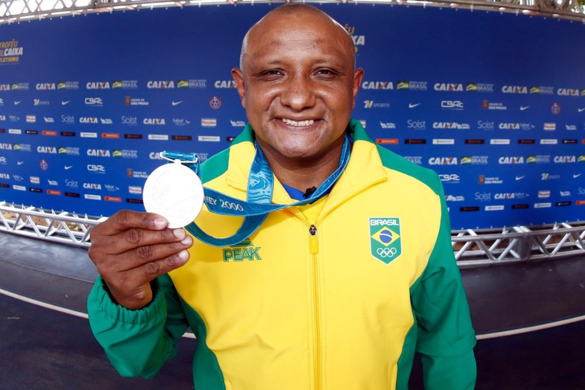 In an exciting ceremony, Cláudio Roberto receives the Olympic silver medal won in Sydney twenty years ago